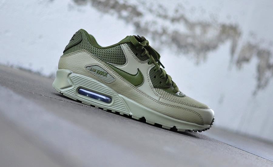 De Nike Air Max 90 is al tientallen jaren één van de populairste sneakers  ter wereld. Door de jaren heen zijn er talloze kleurstellingen uitgebracht  en ook ... d081ba621